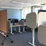 Arbetsplats med monitor och kabelhantering